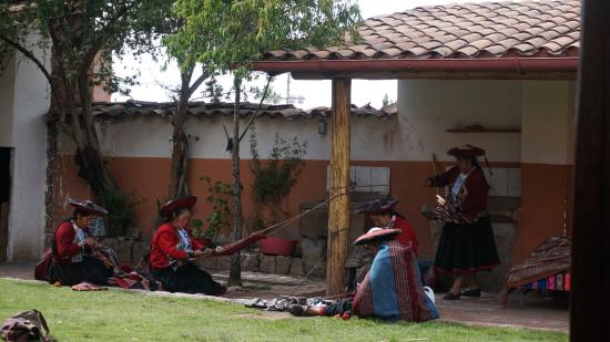 Chinchero, Peru: Tejedoras, es un espacio muy particular. Podes ver a las mujeres desarrollando diferentes tareas
