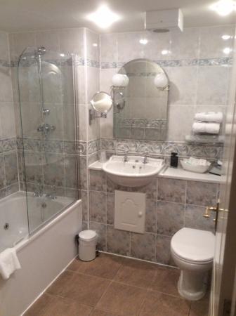 Νάτσφορντ, UK: Bathroom with jacuzzi tub