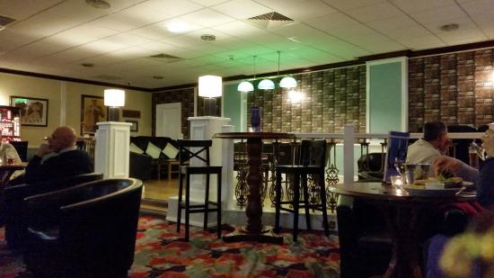 Woolsington, UK: Bar and lounge area with pool table and large screen TV