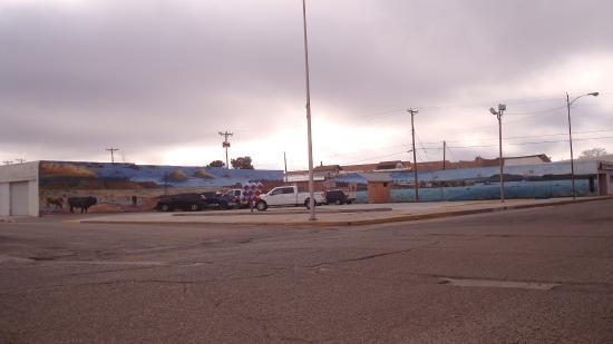 Largest Tucumcari mural I saw - borders entire lot.