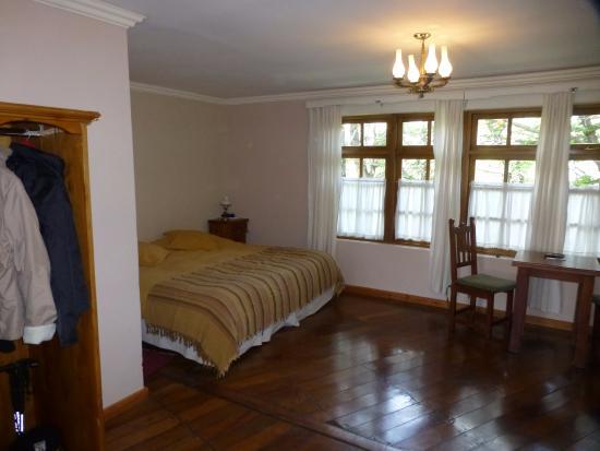 Hosteria El Pilar: un sector de la habitación