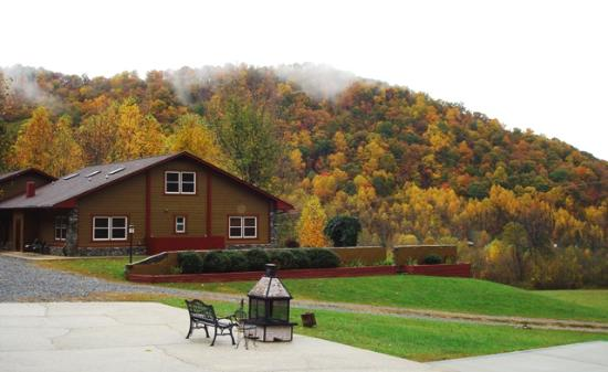 Leicester, Carolina del Norte: View of Mountain Inn & Fire Pit in Autumn
