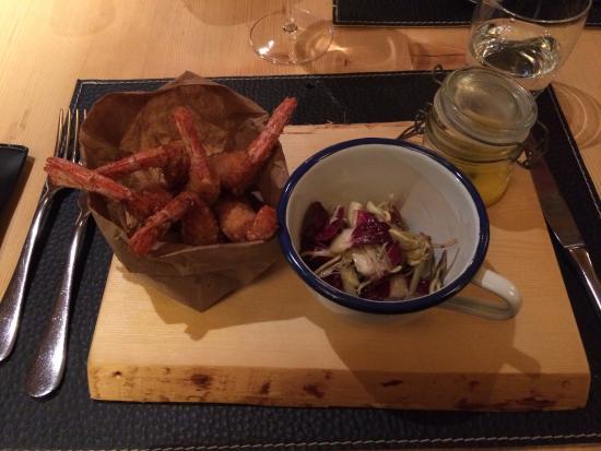 Нова-Леванте, Италия: antipasto di gamberi con salsa alla curcuma e insalatina di radicchio e carciofi