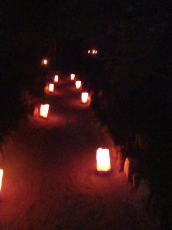 Timbavati Private Nature Reserve, جنوب أفريقيا: candles leading the way to the dining area