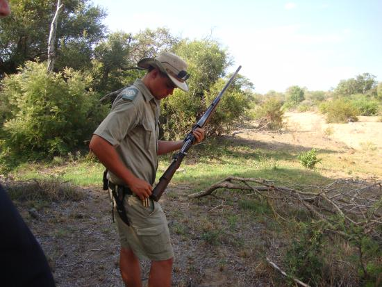 Timbavati Private Nature Reserve, Sudáfrica: ranger Andrew loading the rifle in preparation of our bush walk