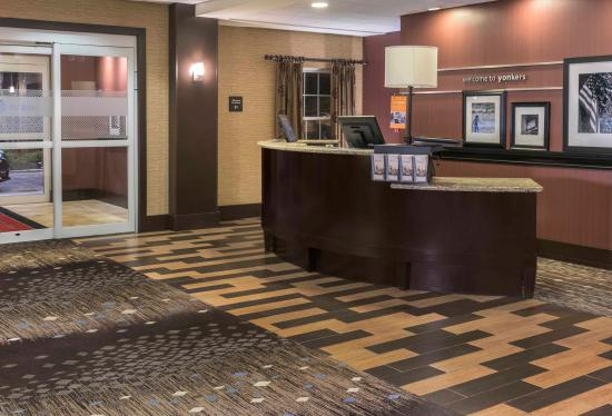 Hampton Inn & Suites Yonkers: Lobby/Front Entrance
