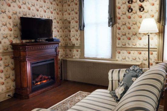 Apple Bin Inn: Time to warm your toes by the fireplace - Empire Room