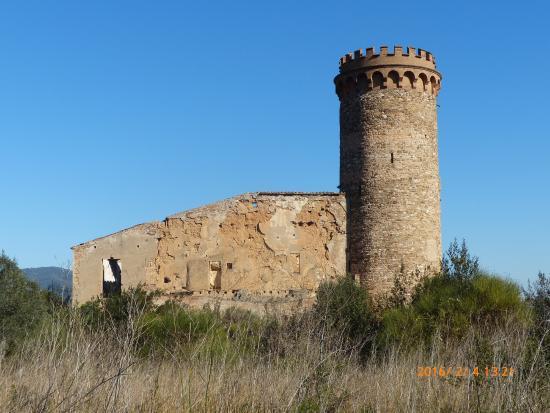 Santa Coloma de Cervello, Spagna: Seitenansicht der Ruine Castillo Torre Salvana