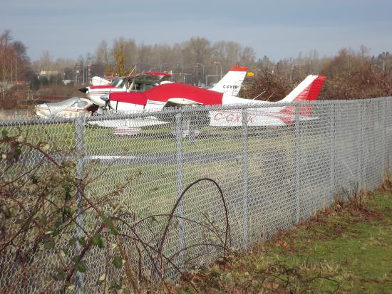 Courtenay, Canadá: Small Planes parked near the Walkway