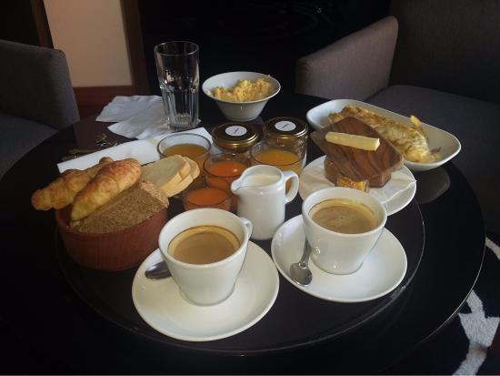 Fierro Hotel Buenos Aires: desayuno en la habitacion de cortesia