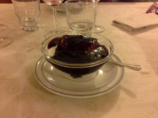 Provaglio d'Iseo, Itália: meringa con frutti di bosco