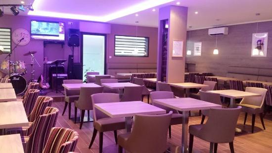 Salle de restaurant et orchestre picture of le 122 for Restaurant le miroir martigues