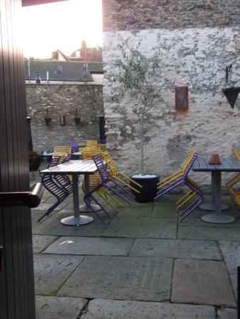 Frome, UK: Beer garden immediately outside the room
