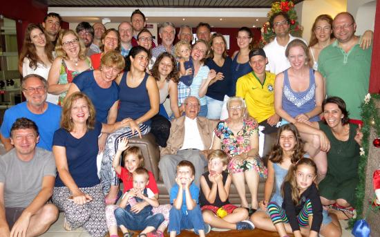 Jaguariaiva: Toda família no dia do check-out na recepção do hotel