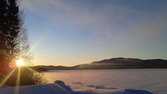 Mont Laurier, Canada: Vue sur le lac au levé du soleil