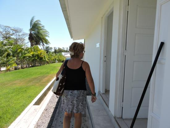 Boca Chica, Panama: Walking to the restaurant from the parking lot.