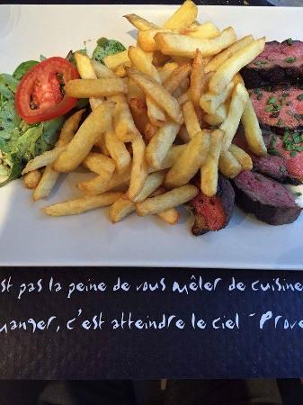 Le Vaudreuil, Frankrijk: petit magret de canard sauce poivre avec son accompagnement de frites (excellent)