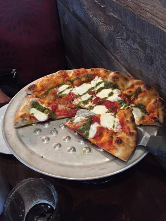 Bridgeport, Virgínia Ocidental: The Coal-Fired Mia Margherita Pizza