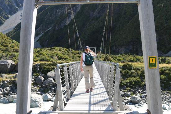 Mt. Cook Village, Nueva Zelanda: One of three suspension bridges going up to Hooker Lake
