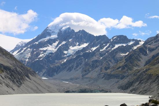 Mt. Cook Village, Nuova Zelanda: Mt Cook with a cap cloud and Hooker Lake in the foreground.