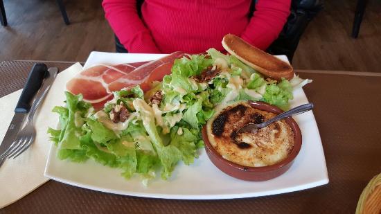 Balaruc-le-Vieux, ฝรั่งเศส: Grande salade tandem. Salade normande Pizza camembert Fromage blanc et ses coulis Coupe de glace