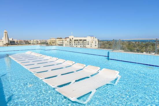 Zwembad Op Dakterras : Dakterras met ondiep verwarmd zwembad foto van steigenberger