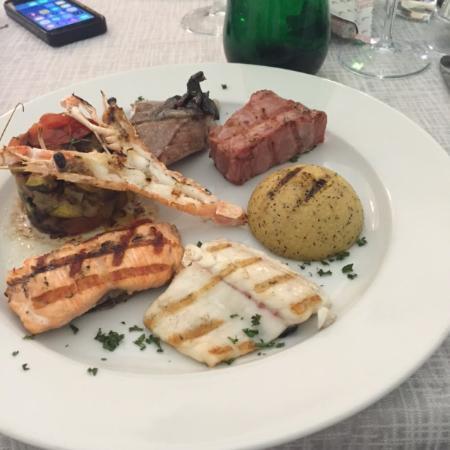 Tessera, Italia: Varietà di pesce grigliata con polenta