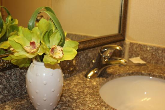 Confederation Place Hotel: Bathrooms