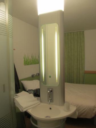 Hotel Ibis Budget Brugge Centrum Station: Умывальник в номере с оригинальной подсветкой
