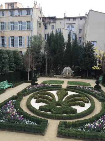 tr s beau b timent et beau jardin picture of hotel de. Black Bedroom Furniture Sets. Home Design Ideas
