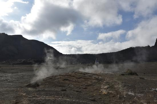 Hawaii Volcanoes National Park : Steam coming out of the cracks along the Kilauea Iki trail