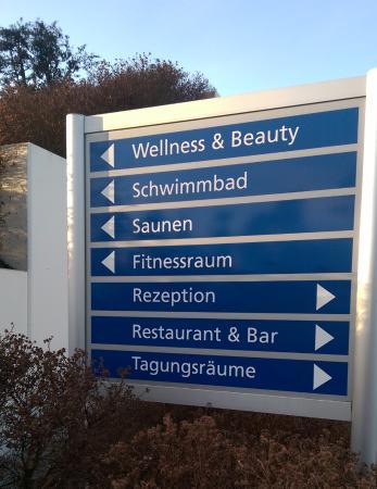 IFA Graal-Müritz Hotel Spa & Tagungen: Wegweiser vor dem Hotel