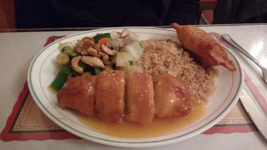 Belleville, Canadá: Single Combo with Lemon Chicken, Cashew Chicken & Rice