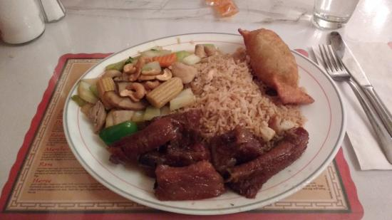 Belleville, Canadá: Single Combo with Ribs, Cashew Chicken & Rice