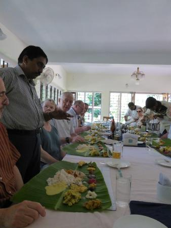 Karimannoor, الهند: Jose explaining to guests the traditional banana leaf plates.