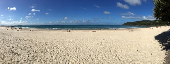 Noosa, Australië: What a view. I love the beach. Safe to swim, no big waves safe for all ages. Life guard on duty