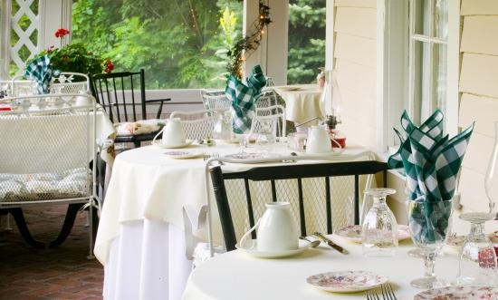 Stockbridge Country Inn: Enjoy breakfast with inside/outside dining with sweeping views of the private gardens