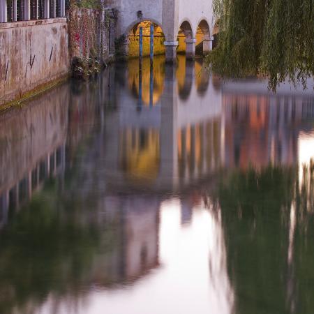 Sacile, Italy: La chiesetta della Pietà riflessa sul fiume Livenza
