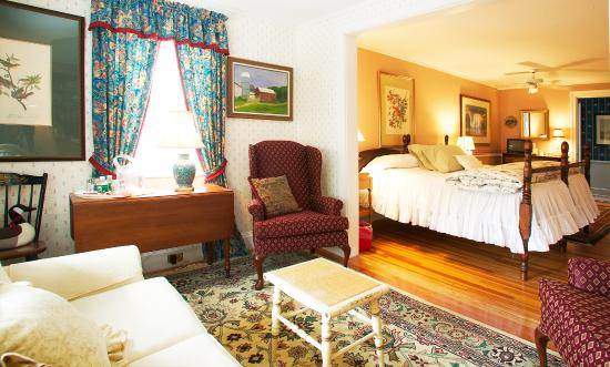 Stockbridge, MA: Each guest room is fully appointed with fine furnishings and antiques surround