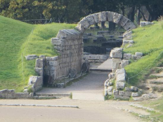 Pyrgos, Grécia: The arch where athletes entered Olympic stadium