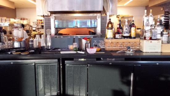 Уестфорд, Массачусетс: Pizza oven and open kitchen from our seats at the bar