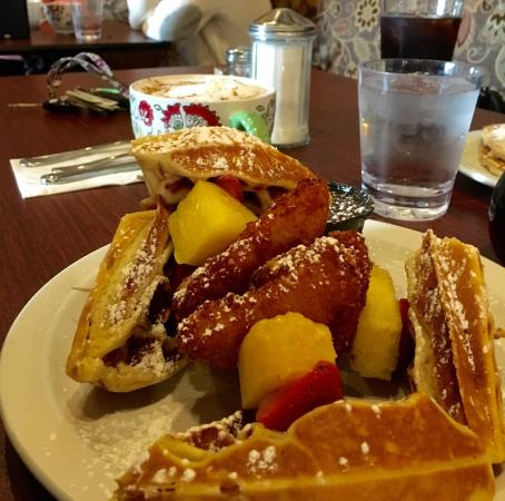 Patchogue, نيويورك: Chicken and Waffles