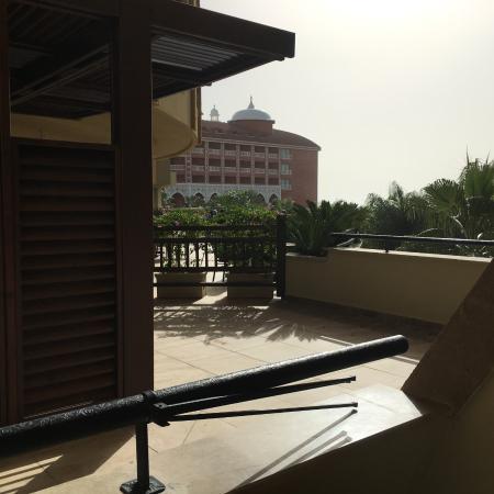 Royal Dragon Hotel: Aussicht vom Balkon Zimmer 2126 auf Sonnenterrasse und Hotel Taj Mahal