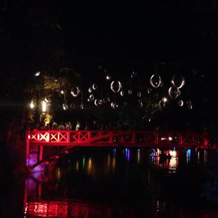 New Plymouth, Nueva Zelanda: Disco balls over bridge
