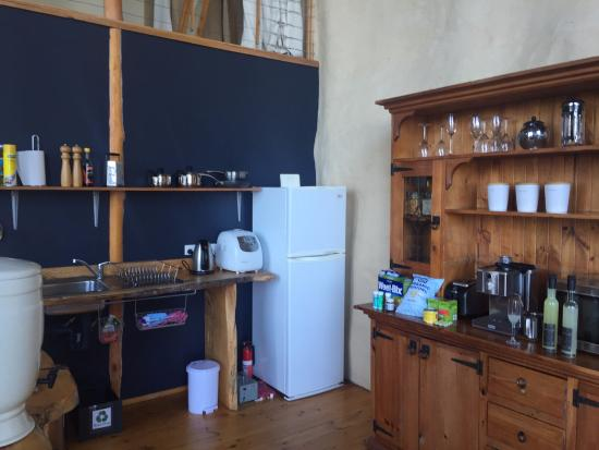 Woodbridge, Austrália: Well stocked kitchen with bread-maker, water filter, induction stove tops, and electric fry pan.