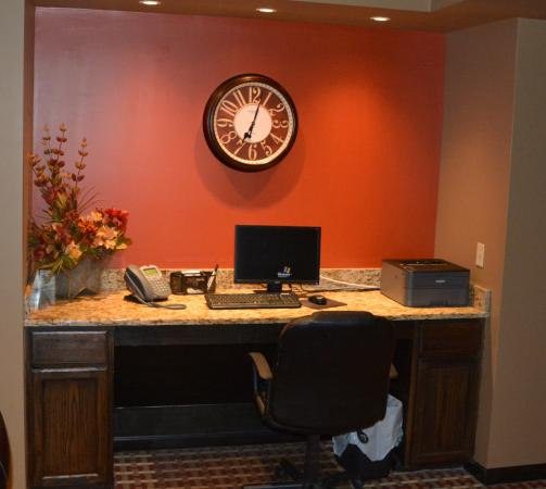 Greensburg, Pensilvania: Small but functional business center off of lobby