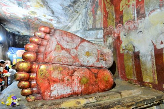 Dambulla, Sri Lanka: 涅槃像の足裏に注目