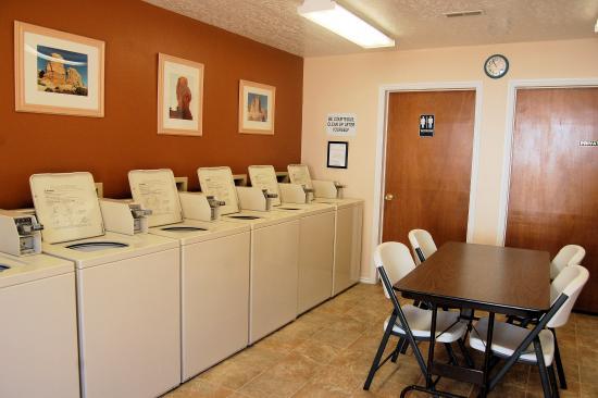 Spanish Trail RV Park: Laundry Room