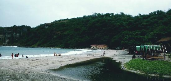 Luzon, Filipiny: Water is nicer in the far right though waves are bigger