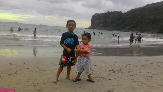 Λουζόν, Φιλιππίνες: Beach front was crowded at this point